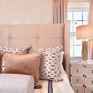 オレンジカウンティの中サイズのコンテンポラリースタイルのおしゃれな主寝室 (ベージュの壁、淡色無垢フローリング、ベージュの床) のレイアウト