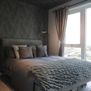Idéer för små funkis huvudsovrum, med grå väggar, heltäckningsmatta och grått golv