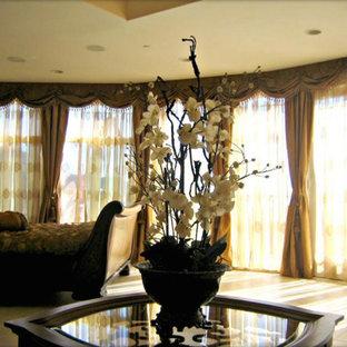 Стильный дизайн: большая хозяйская спальня в классическом стиле с желтыми стенами, полом из керамической плитки, стандартным камином и фасадом камина из камня - последний тренд