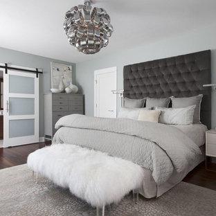Idées déco pour une grande chambre parentale romantique avec un mur gris, un sol en bois foncé et un sol marron.