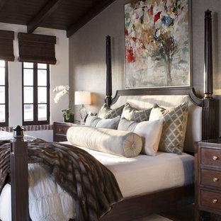 Inspiration pour une chambre parentale méditerranéenne de taille moyenne avec aucune cheminée, un mur gris, un sol en bois foncé et un sol marron.