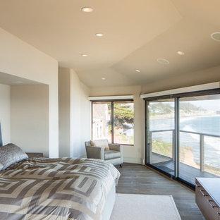 Diseño de dormitorio principal, contemporáneo, de tamaño medio, sin chimenea, con paredes beige y suelo de madera en tonos medios