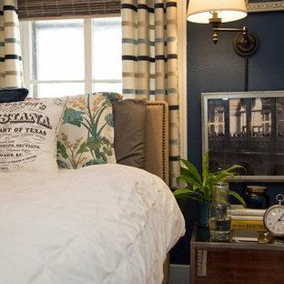 ニューオリンズの中サイズのエクレクティックスタイルのおしゃれな主寝室 (青い壁、無垢フローリング、標準型暖炉、木材の暖炉まわり)