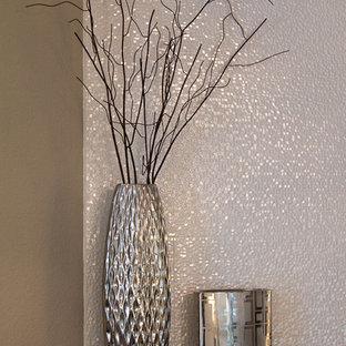 Idee per una camera matrimoniale contemporanea di medie dimensioni con pareti grigie, moquette, camino ad angolo, cornice del camino piastrellata e pavimento beige