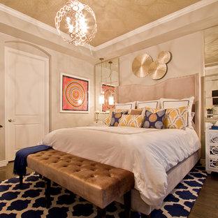 デンバーの中サイズのコンテンポラリースタイルのおしゃれな主寝室 (ベージュの壁、濃色無垢フローリング、暖炉なし、茶色い床) のインテリア