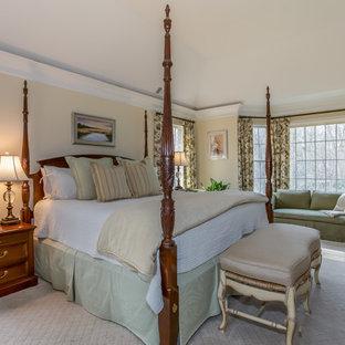 Modelo de dormitorio principal, tradicional renovado, grande, sin chimenea, con paredes amarillas, moqueta y suelo gris