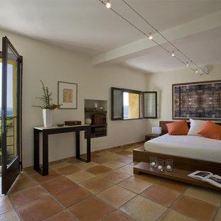 Стильный дизайн: хозяйская спальня в средиземноморском стиле с бежевыми стенами, полом из терракотовой плитки и оранжевым полом без камина - последний тренд