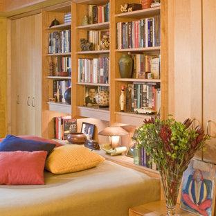 他の地域のコンテンポラリースタイルのおしゃれな主寝室 (コルクフローリング、茶色い床) のインテリア