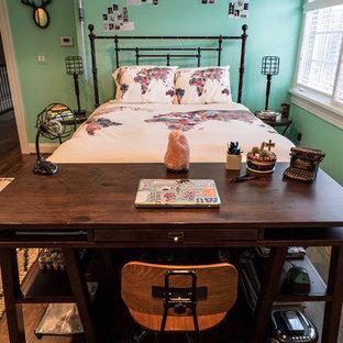 Diseño de habitación de invitados industrial, de tamaño medio, sin chimenea, con paredes verdes, suelo de madera oscura y suelo marrón