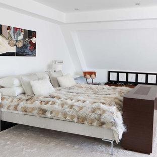 Diseño de dormitorio principal, moderno, de tamaño medio, con paredes blancas, suelo de madera oscura y suelo marrón