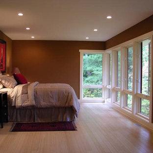 グランドラピッズのコンテンポラリースタイルのおしゃれな主寝室 (茶色い壁、竹フローリング) のインテリア