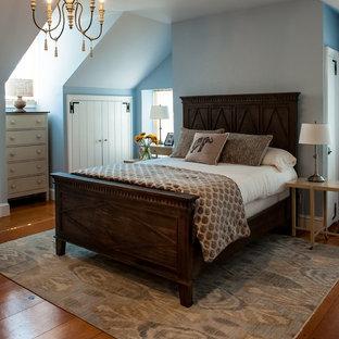 Ejemplo de dormitorio principal, campestre, de tamaño medio, sin chimenea, con paredes azules y suelo de madera clara