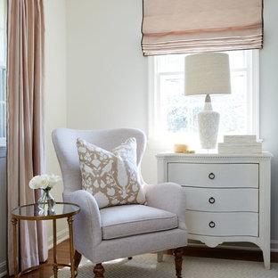 Inspiration för mellanstora klassiska huvudsovrum, med vita väggar, mellanmörkt trägolv och beiget golv