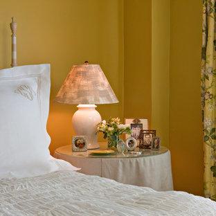Bild på ett litet shabby chic-inspirerat huvudsovrum, med gula väggar och målat trägolv