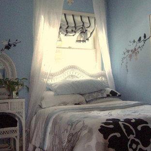 Shabby chic-inspirerad inredning av ett litet huvudsovrum, med blå väggar och heltäckningsmatta