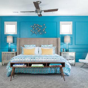 Foto de dormitorio principal, minimalista, de tamaño medio, sin chimenea, con paredes azules y moqueta