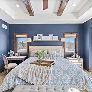 Foto på ett stort rustikt huvudsovrum, med blå väggar, heltäckningsmatta och beiget golv