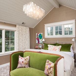 Exemple d'une chambre chic de taille moyenne avec un mur beige.
