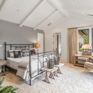 サンフランシスコのカントリー風おしゃれな寝室 (グレーの壁、カーペット敷き、暖炉なし) のレイアウト