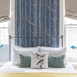 Ispirazione per una camera matrimoniale contemporanea di medie dimensioni con pareti blu, parquet chiaro, nessun camino e pavimento giallo