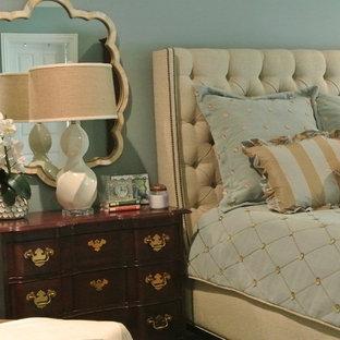 Ejemplo de dormitorio principal, contemporáneo, grande, sin chimenea, con paredes azules y suelo de madera oscura