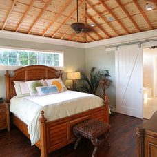 Tropical Bedroom by Kiella Homebuilders