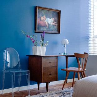 Foto de dormitorio vintage con paredes azules