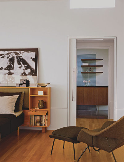 Midcentury Bedroom by Laidlaw Schultz architects