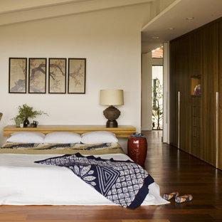 Ispirazione per una camera matrimoniale minimalista con pavimento arancione