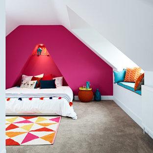 Modelo de dormitorio principal, contemporáneo, de tamaño medio, sin chimenea, con paredes rosas, moqueta y suelo gris