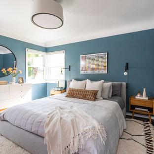 Immagine di una camera matrimoniale moderna di medie dimensioni con pareti blu, parquet scuro, nessun camino e pavimento marrone