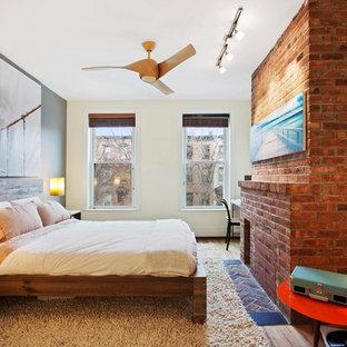 Idéer för att renovera ett mellanstort funkis huvudsovrum, med beige väggar, mellanmörkt trägolv, en spiselkrans i tegelsten, en standard öppen spis och beiget golv