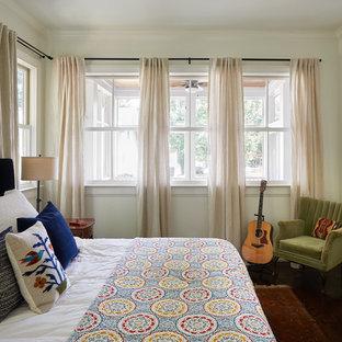 Idee per una camera matrimoniale moderna di medie dimensioni con pareti bianche, parquet scuro, pavimento marrone e nessun camino