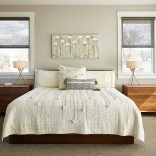 Diseño de dormitorio principal, tradicional renovado, de tamaño medio, sin chimenea, con paredes beige, moqueta y suelo beige