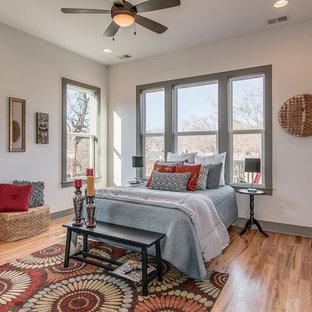 Idée de décoration pour une chambre parentale craftsman de taille moyenne avec un mur blanc et un sol en bois clair.