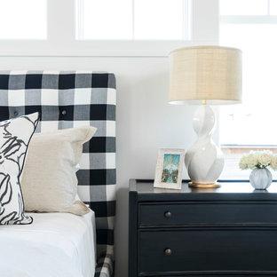 Idee per una grande camera matrimoniale stile marino con pareti bianche, moquette, camino lineare Ribbon e pavimento grigio