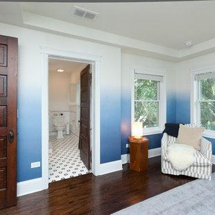 シカゴの中くらいのカントリー風おしゃれな主寝室 (青い壁、濃色無垢フローリング、茶色い床、折り上げ天井、壁紙) のインテリア