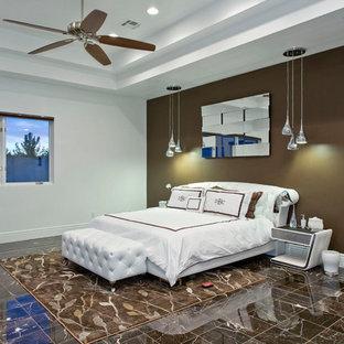 ラスベガスの大きいコンテンポラリースタイルのおしゃれな主寝室 (白い壁、大理石の床、標準型暖炉、石材の暖炉まわり、茶色い床) のインテリア