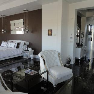 ラスベガスの大きいコンテンポラリースタイルのおしゃれな主寝室 (白い壁、大理石の床、標準型暖炉、石材の暖炉まわり、茶色い床) のレイアウト