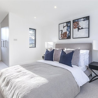 Foto de dormitorio principal, tradicional renovado, de tamaño medio, con paredes blancas, moqueta y suelo gris