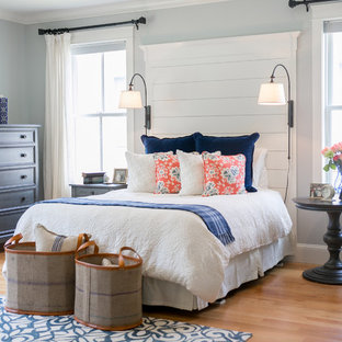 Ejemplo de dormitorio principal, costero, de tamaño medio, con paredes grises y suelo de madera clara