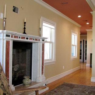 Свежая идея для дизайна: большая хозяйская спальня в викторианском стиле с стандартным камином, желтыми стенами, полом из фанеры, фасадом камина из штукатурки и коричневым полом - отличное фото интерьера