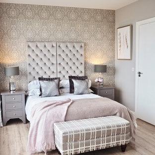 Foto di una camera matrimoniale chic di medie dimensioni con pareti grigie, pavimento in laminato, nessun camino e pavimento beige