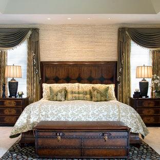 Diseño de dormitorio principal, exótico, con paredes multicolor, moqueta, chimenea tradicional, marco de chimenea de madera y suelo blanco