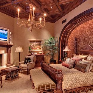 Ispirazione per una camera matrimoniale chic con pareti beige, moquette, cornice del camino piastrellata e camino ad angolo
