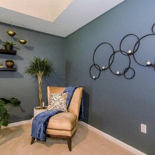 Diseño de dormitorio principal, tradicional renovado, grande, sin chimenea, con paredes azules, moqueta y suelo beige