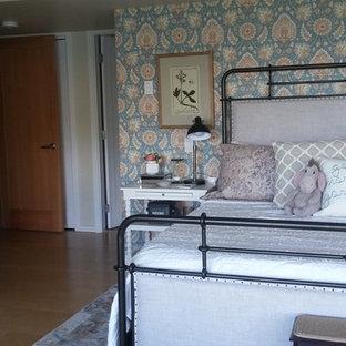 Diseño de dormitorio principal, tradicional, grande, con paredes blancas, suelo de madera clara, chimenea tradicional, marco de chimenea de ladrillo y suelo beige