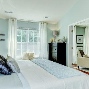 Imagen de dormitorio principal, tradicional renovado, grande, con paredes verdes y suelo de madera en tonos medios