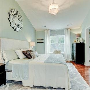 Imagen de dormitorio principal, tradicional renovado, grande, con paredes verdes, suelo de madera en tonos medios y chimenea tradicional