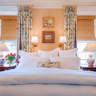 Ispirazione per una camera matrimoniale classica di medie dimensioni con pareti beige, parquet chiaro, camino classico, cornice del camino in pietra e pavimento grigio